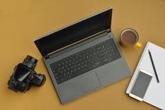 膝上型计算机顶视图有照相机、巧妙的电话和笔记本的 免版税库存图片