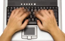 膝上型计算机顶部键入的视图 库存照片