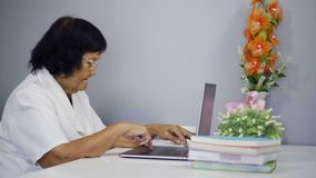 膝上型计算机高级妇女工作 股票视频