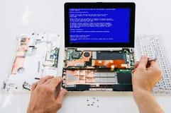 膝上型计算机(个人计算机计算机)的保单维护 致命的Windows 免版税库存照片