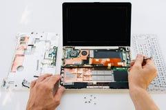 膝上型计算机(个人计算机计算机)的保单维护 免版税库存照片