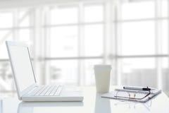 膝上型计算机玻璃咖啡现代办公室 图库摄影