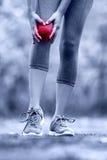 膝伤-充满被扭伤的腿关节痛的赛跑者 库存图片