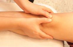 膝盖按摩reflexology温泉处理 库存图片