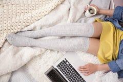 膝盖袜子的女孩 库存照片