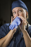膨胀外科手套的嬉戏的医生或护士 免版税库存照片