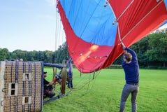 膨胀有热空气的一个气球,使用燃烧器 免版税图库摄影