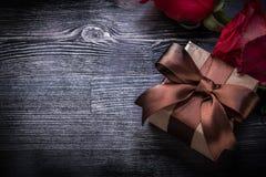 膨胀的玫瑰包装了在木委员会的当前箱子 库存图片