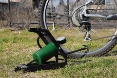 膨胀的自行车轮胎泵浦 免版税库存照片