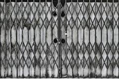 膨胀的金属门 免版税库存照片