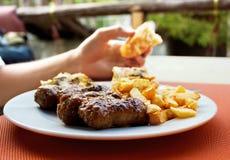 膳食在室外餐馆 库存照片
