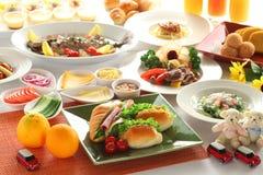 膳食桌用烟肉,桔子,牛肉,油煎了鱼,汁液, sanwiche 免版税库存照片