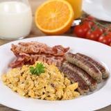 膳食用炒蛋、桔子、香肠和烟肉 免版税图库摄影
