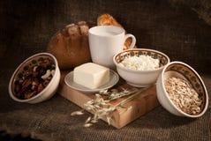 膳食用面包、牛奶和谷物 图库摄影
