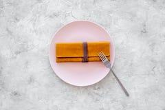 膳食结束 付帐 在空的板材的钱包在灰色石台式视图copyspace 库存照片