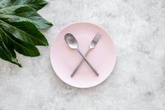 膳食结束 请求票据 有横渡的匙子的在灰色石台式视图copyspace的板材和叉子 库存图片