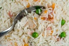膳食背景 东方米盘用混杂的肉,煮沸的鸡蛋,新鲜蔬菜喜欢豌豆和红萝卜 匙子和泰国食物 免版税库存照片