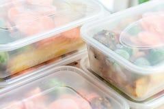 膳食预习功课 关闭在容器的烘烤晚餐 免版税库存图片