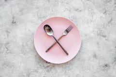 膳食结束 请求票据 有横渡的匙子的在灰色石台式视图copyspace的板材和叉子 库存照片