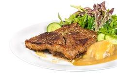 臀部的牛排用土豆泥和混合菜在板材 免版税图库摄影