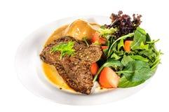 臀部的牛排用土豆泥和混合菜在板材 免版税库存照片