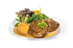 臀部的牛排用土豆泥和混合菜在板材 库存图片