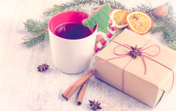 自创与结冰、杉木、橙色切片、桂香、茴香和核桃的黄油胡说的圣诞节树型曲奇饼在白色木头后面 免版税图库摄影