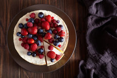 自创乳脂状的mascarpone纽约乳酪蛋糕 顶面viev 乳酪蛋糕用草莓 奶油色奶油甜点点心 库存图片