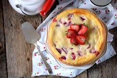自创乳酪蛋糕用有机草莓 土气样式 免版税图库摄影
