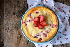 自创乳酪蛋糕用有机草莓 土气样式 免版税库存图片