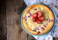 自创乳酪蛋糕用有机草莓 土气样式 库存图片
