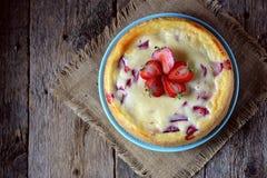 自创乳酪蛋糕用有机草莓 土气样式 免版税库存照片