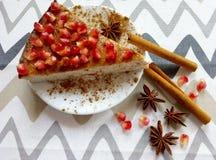 自创乳酪蛋糕用石榴和肉桂条和美洲黑杜鹃星 库存照片