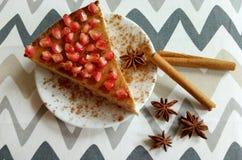 自创乳酪蛋糕用石榴和肉桂条和美洲黑杜鹃星 免版税图库摄影