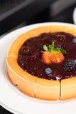 自创乳酪蛋糕用莓果调味汁 免版税库存照片
