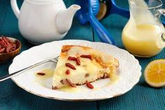 自创乳酪蛋糕用葡萄干、柠檬酱和goji莓果 免版税库存图片