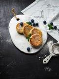 自创乳酪从供食的酸奶干酪结块在一个白陶瓷委员会 免版税库存照片