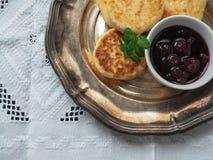 自创乳酪从酸奶干酪结块用樱桃果酱 图库摄影