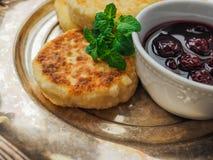 自创乳酪从酸奶干酪结块用樱桃果酱 免版税图库摄影