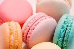 自创五颜六色的蛋白杏仁饼干或macaron在白色板材 免版税库存图片