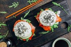自创亚洲样式面筋免费寿司三文鱼汉堡 图库摄影