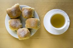 自创传统捷克小圆面包充塞用李子阻塞,葡萄干和酸奶干酪在白色板材在桌上 库存照片