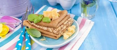 自创传统薄煎饼用巴马干酪和蓬蒿春天狂欢节的 意大利郁金香早餐明亮的花  蓝色 库存图片