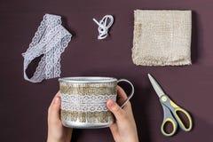 自创做铝杯子的装饰 第3步 免版税图库摄影