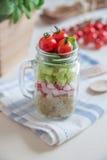 自创健康沙拉用在瓶子的奎奴亚藜 免版税图库摄影