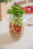 自创健康沙拉用在瓶子的奎奴亚藜 免版税库存图片