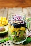 自创健康沙拉用黑豆,菜,果子,  免版税库存照片