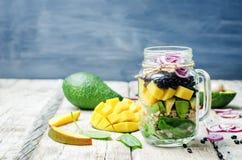 自创健康沙拉用黑豆,菜,果子,  免版税库存图片
