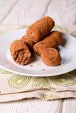 自创健康素食主义者块菌状巧克力与日期,椰子 免版税库存照片