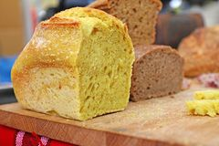 自创健康面包面筋释放 由健康谷物做的五颜六色的面包 健康面筋自由的面包,根似 背景textur 库存图片